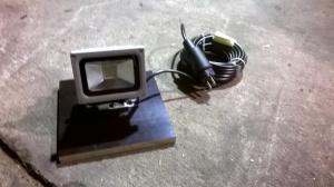 LED-Strahler mit Brett und Kabel