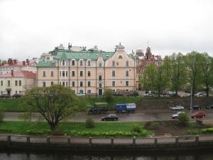 zwei Ivecos zwischen Festung und Altstadt in Wyborg